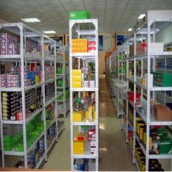estanteria con tornillos